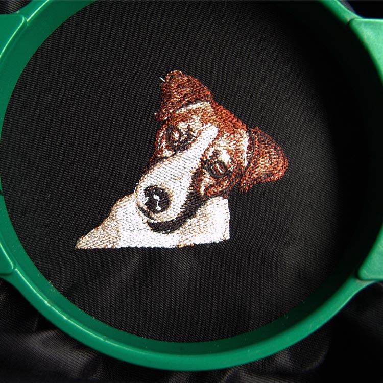 Laat uw logo borduren of naam borduren op kleding of textiel met uw eigen ontwerp op maat via onze borduurshop